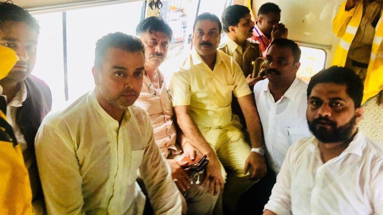 Karnataka crisis DK Shivakumar, Milind Deora ghulam nabi azad custody - Satya Hindi